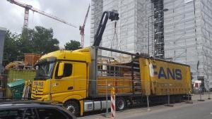 Bei der Arbeit - Kranentladung auf einer Baustelle